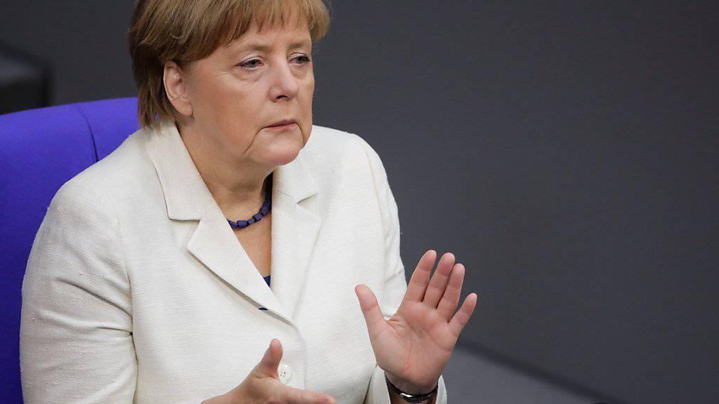 Da klatscht auch Kanzlerin Merkel, wenn der Bundestagspräsident  türkischstämmige Abgeordnete vor den Hasstiraden von Präsident Erdogan in Schutz nimmt.