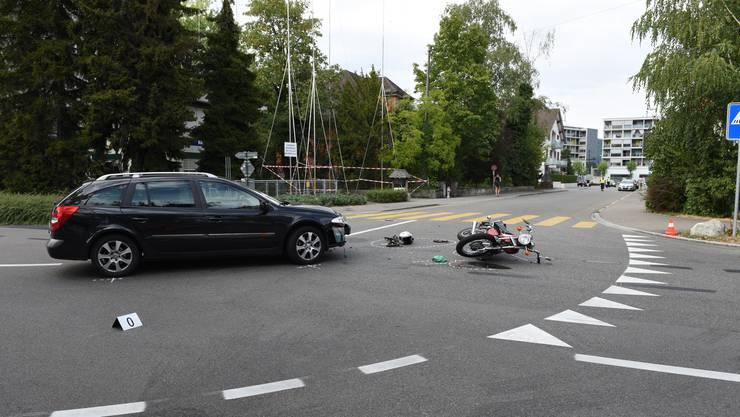 Auf der Kreuzung zwischen der Schöneggstrasse und der Asylstrasse in Dietikon kam es zur Kollison der beiden Fahrzeuge.