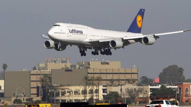 Eine Boeing 747-8 landet in Los Angeles (Archiv)