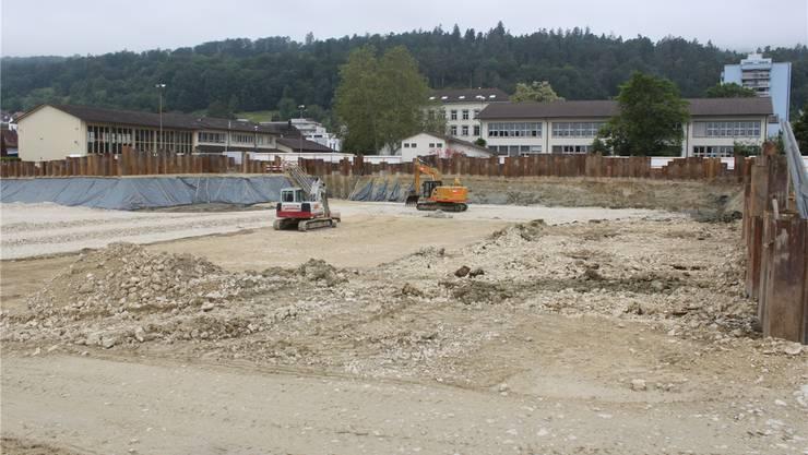 Eindrückliche Baugrube für die neuen Mehrzweckhalle im Zentrum Lengnaus.
