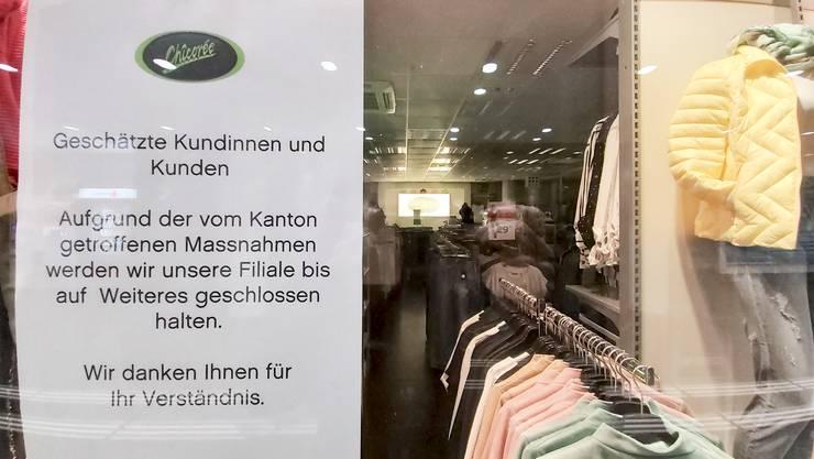 Ein Zettel weisst auf ein geschlossenes Bekleidungsgeschaeft im Bahnhof Aarau hin