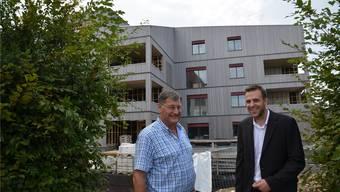 Gemeindeammann Pius Wiss (links) und Projektleiter Patrik Heim freuen sich über den Baufortschritt des Mehrgenerationenhauses, das die Ortsbürgergemeinde mitten im Dorf erstellt. ES