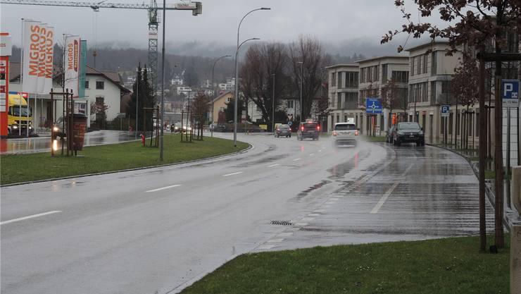 Hier bräuchte es dringend einen Fussgängerstreifen, finden Neugrüen-Bewohner. Denn nicht nur sie nehmen den schnellsten Weg über die Lenzburgerstrasse.