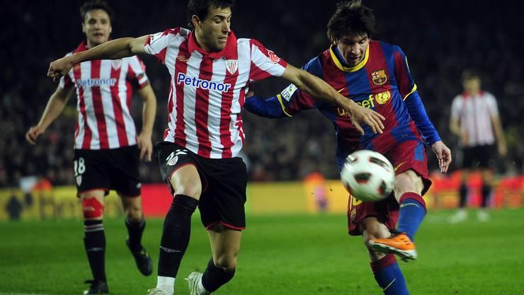 Barça-Star Lionel Messi im Kampf mit s Urko Vera von Atletico Bilbao
