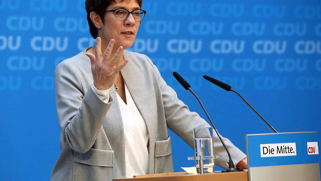 Auf der Suche nach Lösungen in der Migrationspolitik müsse die Union «Humanität und Härte» vereinen, forderte Parteichefin Annegret Kramp-Karrenbauer nach «Werkstattgesprächen» zum Thema Migration.