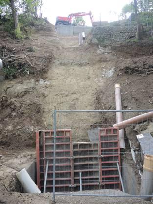Die Baustelle des Schräglifts befindet sich unmittelbar links neben dem Serpentinenweg.