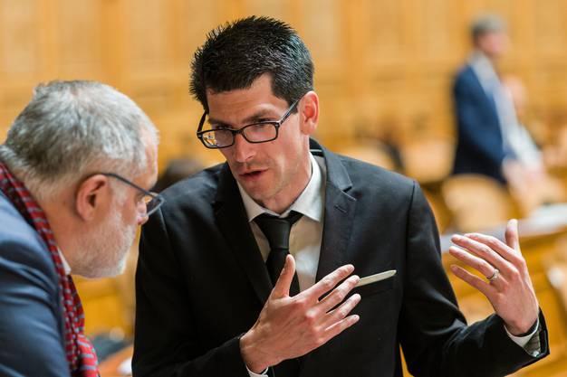 Nicolas Rochat Fernandez (rechts) im Gespräch mit Parteikollege Carlo Sommaruga