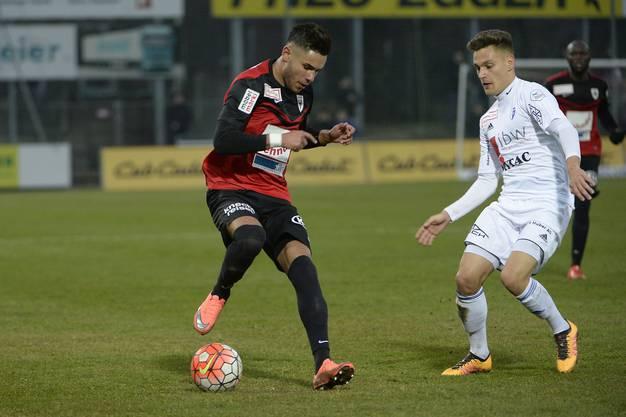 Miguel Peralta kontrolliert den Ball.