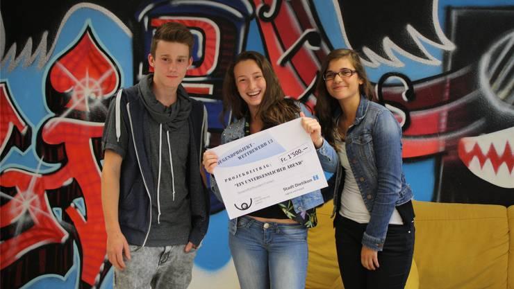 Ike Meier, Belinda Kostrati und Catia Leite freuen sich über ihren Preis.