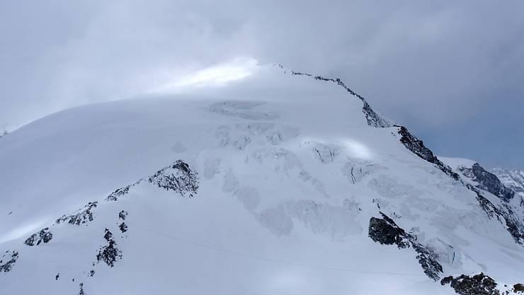Oberhalb von Arolla im Wallis waren 14 Skitourenfahrer in zwei Gruppen am Sonntag in eine Schlechtwetterfront geraten und mussten die Nacht im Freien verbringen. Sieben Personen starben. (Symbolbild)