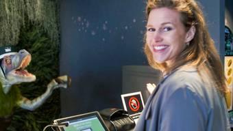 """""""Einstein""""-Moderatorin Kathrin Hönegger - hier in der Folge """"Einstein bei den Robotern...""""- hatte eine geniale Idee für ihr gestriges Hochzeitsfest: Man feierte im Seebad Enge in Zürich. (Bild SRF)"""
