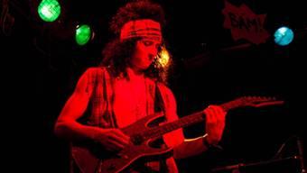 Perücke und freche Gilets verwandeln die Musiker in richtige Rocker.