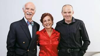 Fürs Verfassen seiner Autobiografie hat der in London tätige Meisterkoch Anton Mosimann (links) den Bubendörfer Willi Näf (rechts) als Co-Autor gewonnen, in der Mitte Mosimanns Ehefrau Kathrin.