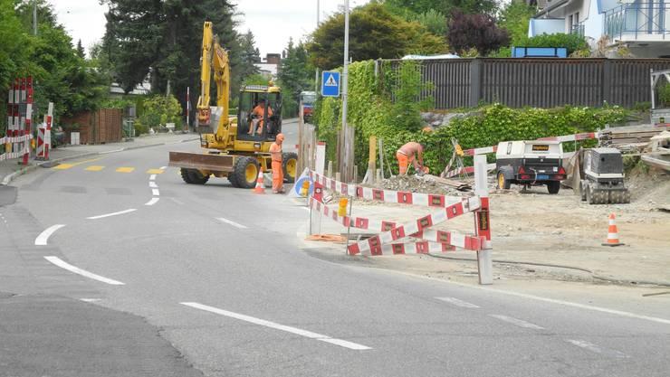 In Geroldswil führen Arbeiten an der Limmattalstrasse zu Verkehrsbehinderungen