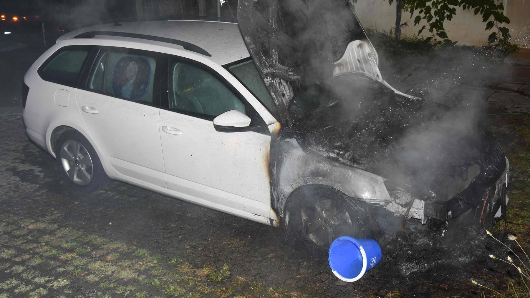 Das Auto wurde vor dem Eintreffen der Feuerwehr gelöscht.