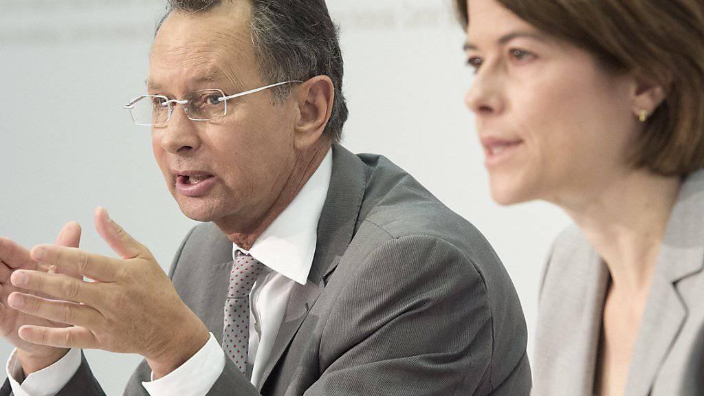 FDP-Ständerat Philipp Müller und FDP-Präsidentin Petra Gössi präsentieren asylpolitische Forderungen der Freisinnigen.