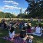 Zahlreiche Menschen haben sich im Central Park eingefunden, um eine vom Club «Stand Up NY» organisierte Veranstaltung anzusehen. Foto: Christina Horsten/dpa