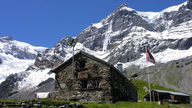 Die Glarner Fridolinshütte, im Hintergrund der Tödi.