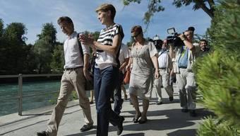 Bundesrätin Simonetta Sommaruga (v. r.) spricht mit Journalisten in Bern