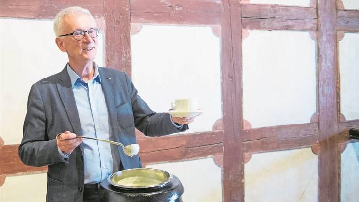 Initiant Josef Bachmann schöpfte gestern Kappeler Milchsuppe, welche die eidgenössische Kompromissfähigkeit symbolisiert. Boris Bürgisser
