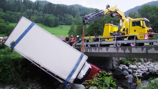 Der LKW wird aus dem Bach geborgen.