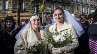 Zwei Frauen in Paris posieren als Hochzeitspaar (Archivbild)