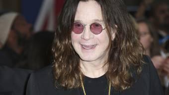 Das Schlimmste hat er hinter sich. Trotzdem muss sich Rocker Ozzy Osbourne nun volle sechs Wochen von seiner Lungenentzündung erholen. (Archivbild)