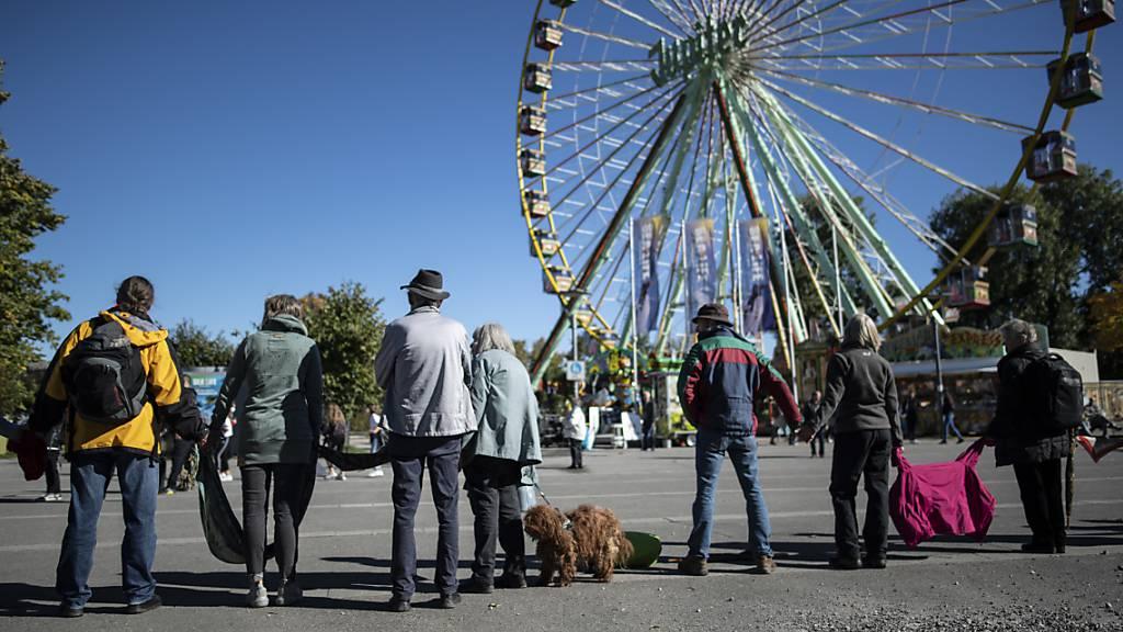 Corona-Skeptiker bilden Menschenkette am Bodensee
