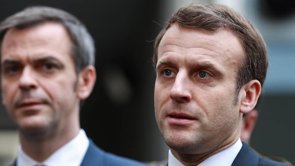 Frankreichs Präsident Macron (rechts) hat die Schliessung der Bildungseinrichtungen ab Montag angekündigt. (Archivbild)