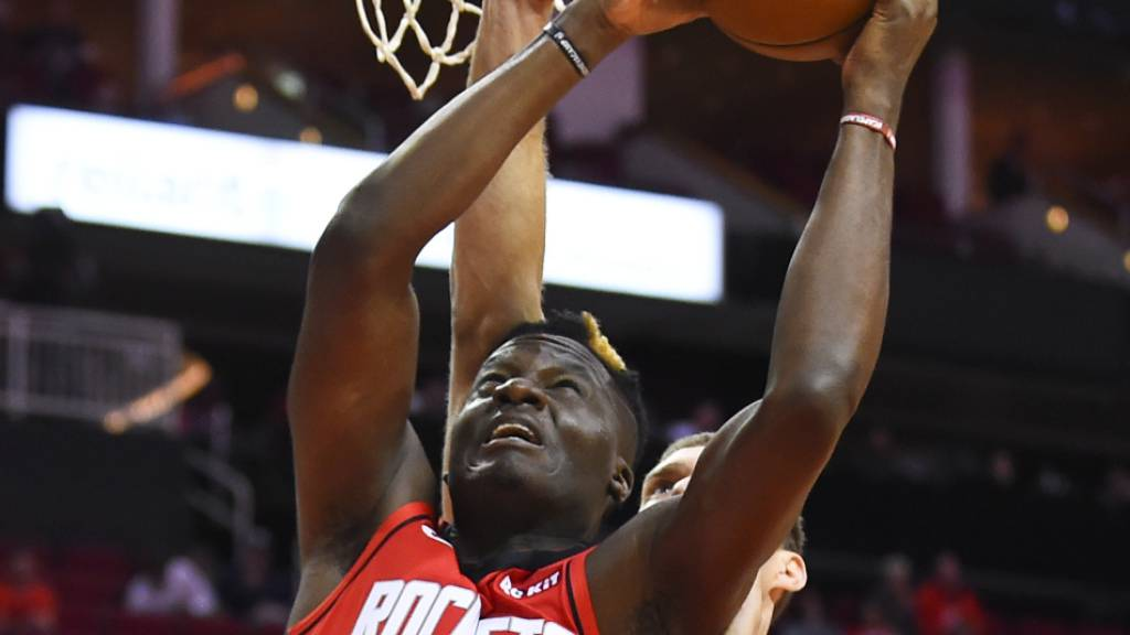 Hart bedrängt: Clint Capela musste sich mit den Houston Rockets den Bucks aus Milwaukee geschlagen geben