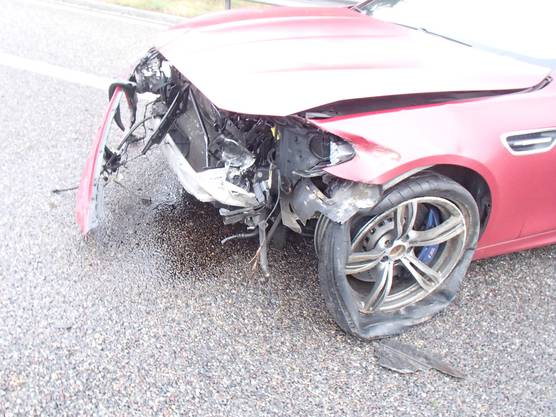 Verletzt wurde nimand. Der Sachschaden beträgt 40'000 Franken. Der 31-jährige Lenker hatte beim Überholen beschleunigt und die Herrschaft über seinen Wagen verloren.
