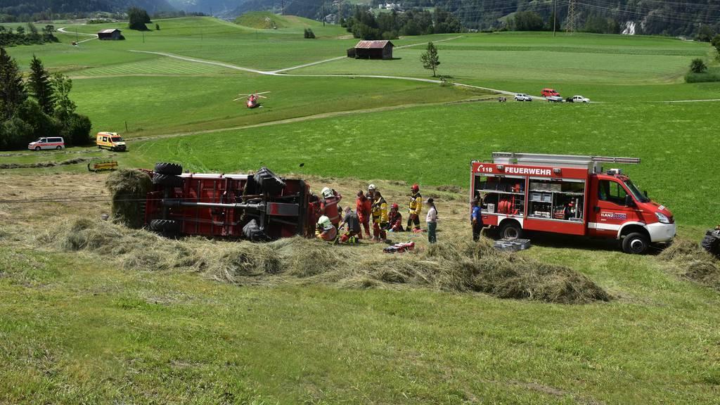 Umgekippter Ladewagen klemmt Beine von Landwirt ein