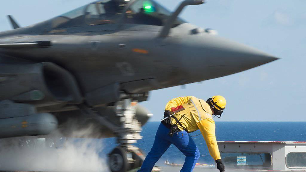 Start eines Rafale-Kampfjets vom Flugzeugträger «Charles de Gaulle»: Frankreich hat erstmals Kampfeinsätze in Syrien vom Mittelmeer aus gestartet.