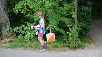 Schweizer OL-Meisterschaft mit über 1700 Teilnehmern: Dieser Posten ist geschafft, jetzt studiert das Mädchen die Karte.