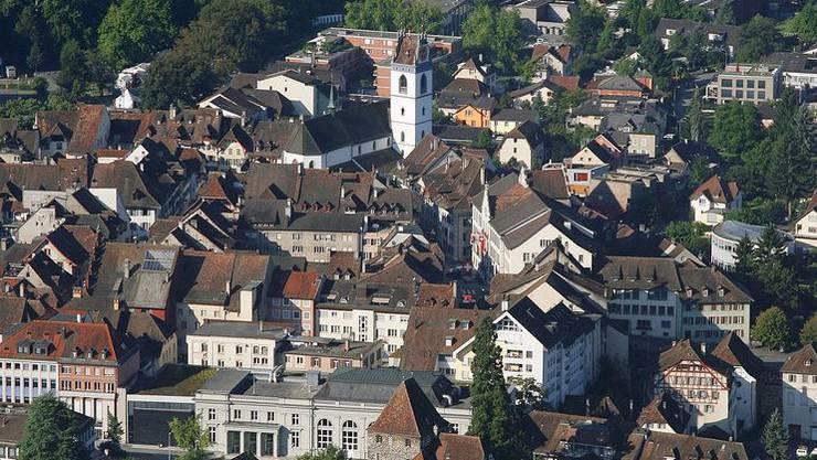 In Aarau (Luftaufnahme) dürfte an sich über das neeu Steuerranking gar nicht freuen. Chur und Basel-Stadt dagegen haben kräftig zugelegt.