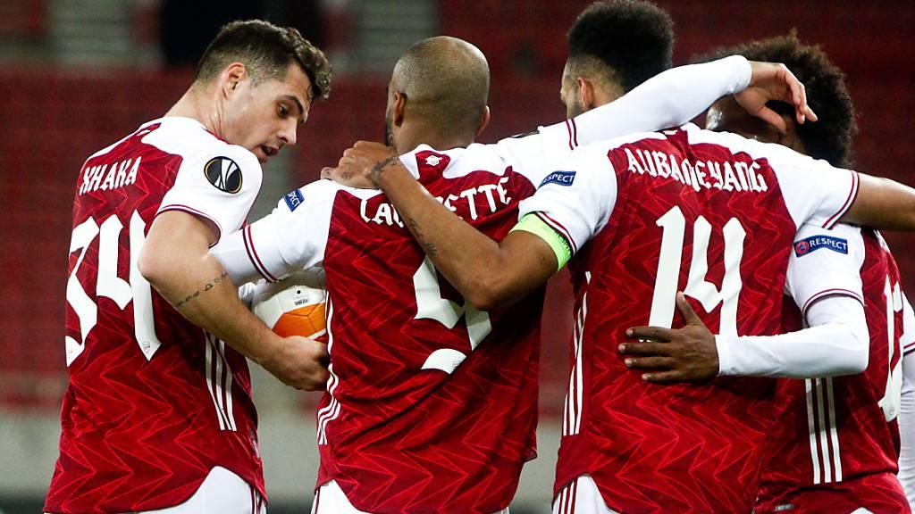 Arsenals Doppeltorschütze Pierre-Emerick Aubameyang (Nummer 14) wird gebührend beglückwünscht