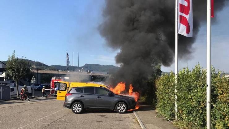 Auf einem Parkplatz in Pratteln brannten am Mittwoch zwei Fahrzeuge.