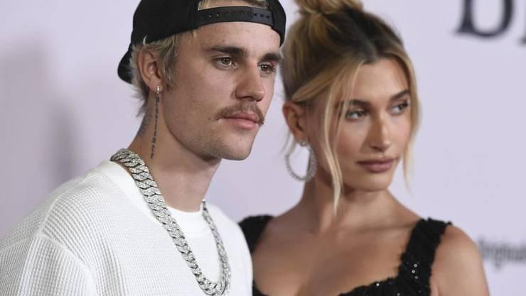 Justin Bieber, hier mit seiner Angetrauten Hailey Bieber, hat sich als Minigolffan und praktizierender Christ geoutet. (Archiv)