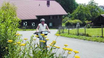 Für den happigen Aufstieg in Oberil hat Madeleine Saurer, Präsidentin Tourismus Büren, dank dem Flyer nur ein Lächeln übrig.