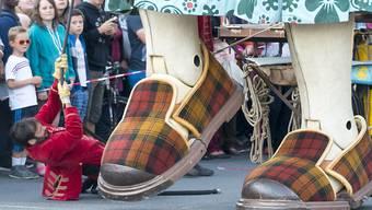 Oma Riese aus Nantes lebt auf grossem Fuss: Sie trägt Schuhgrösse 206,5. Bei ihrem Besuch Ende September in Genf sollte man sich ihr besser nicht in den Weg stellen.