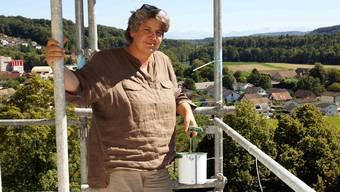 Arbeitsplatz mit Aussicht: Ina Link auf dem Glockenturm der reformierten Kirche in Windisch.