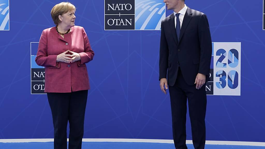 Bundeskanzlerin Angela Merkel (CDU) steht bei einem Nato-Gipfel im Nato-Hauptquartier neben Jens Stoltenberg, Generalsekretär der Nato. Foto: Patrick Semansky/Pool AP/dpa