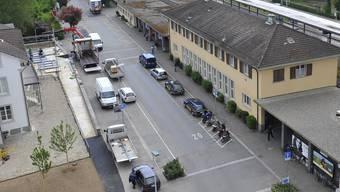 Am Bahnhof Grenchen Süd gibt es zu wenig Parkplätze für Velofahrer und  Autos.