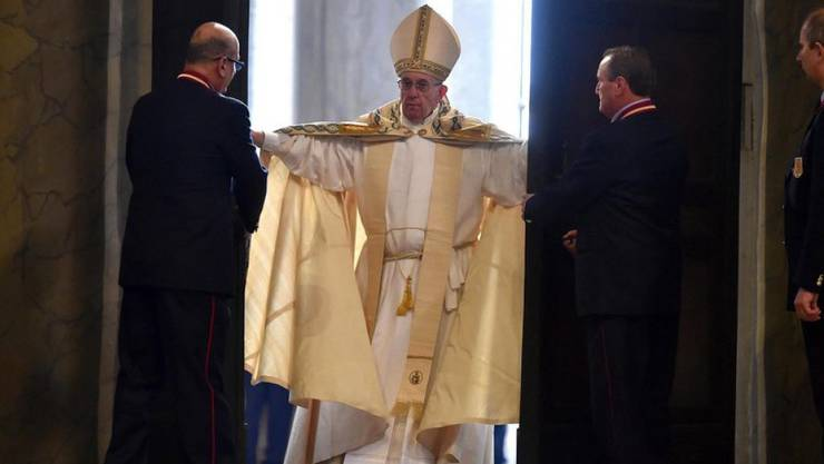 Ein ausserordentliches Heiliges Jahr der katholischen Kirche beginnt offiziell: Papst Franziskus (m) öffnet die seit fast 15 Jahren verschlossene Heilige Pforte des Petersdoms