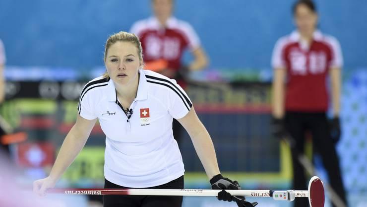 Alina Pätz schaut ganz genau hin, wenn sich die Konkurrenz mit den neuen Besen versuchen will.