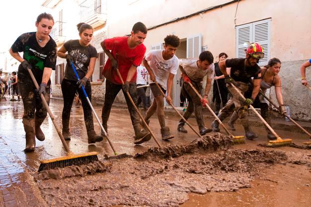 Nach dem heftigen Unwetter auf Sant Llorenç waren Aufräumarbeiten angesagt.