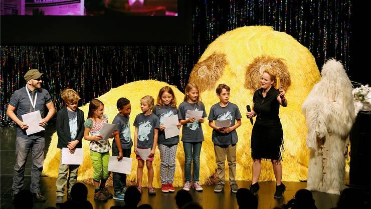 Die Kinderjury kürte den Kinderfilmpreisträger Carlos Lascano (links) mit dem Film «Lila». Rechts Festivaldirektorin Annette Schindler.