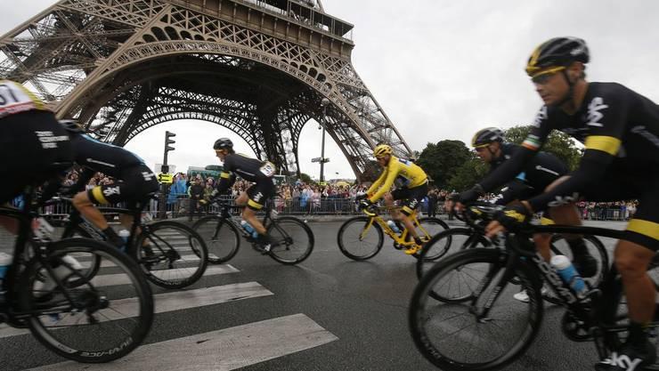 Vorbei am Eiffelturm auf der letzten Etappe