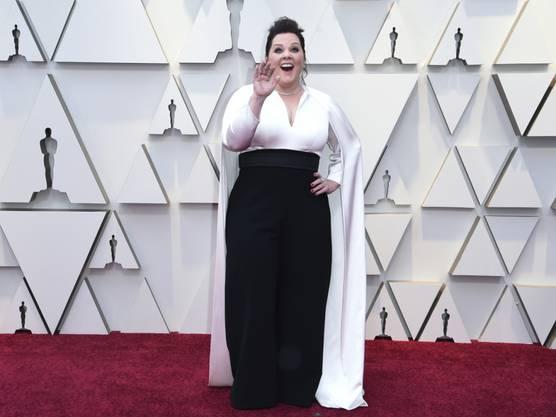 Melissa McCarthy schritt mit einem schwarz-weissem Outfit am Sonntag über den roten Teppich zur Oscar-Verleihung.