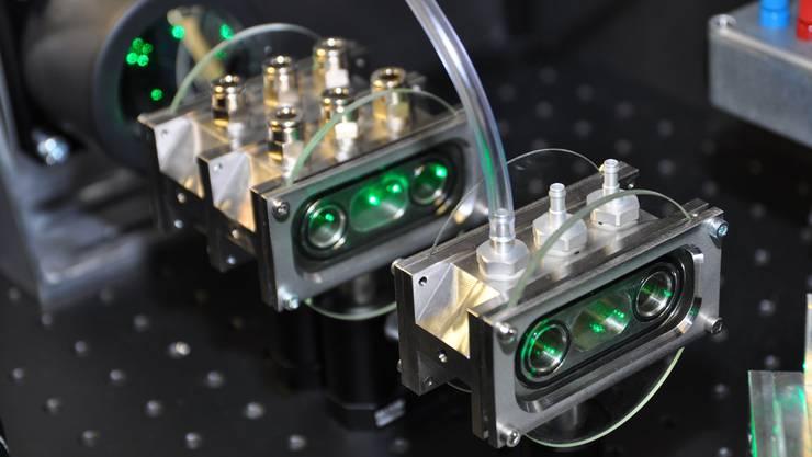 Der Laserstrahl erwärmt die Luft, indem die Russteilchen das Licht schlucken.